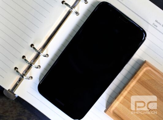 首先华为G7 Plus最让消费者引以为豪的功能就是第二代指纹识别的加入,除了可以实现0.5秒快速解锁之外,我们在录指纹时也仅需要6次即可完成。并且全新加入的触控板功能可以让用户在任意界面控制通知栏。而更高科技的功能就是,华为G7 Plus的指纹识别技术可以让我们实现很多快捷操作,比如可以长按接听电话,上按关闭闹钟,长按拍照等等,用户仅需要在背部指纹识别键上轻轻一点就可以实现上述的操作。