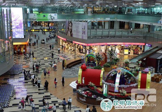 """昆明信息港讯 记者戴兴近日,前来参加2015昆明国际旅交会的新加坡樟宜机场集团副总裁白圻伟介绍,由国际知名的""""睡机场网站""""固定于每年10月中旬公布的当年全世界最好睡机场排名中,新加坡樟宜机场再次被评选为2015年""""全球最好睡机场"""",连续19年蝉联宝座。"""